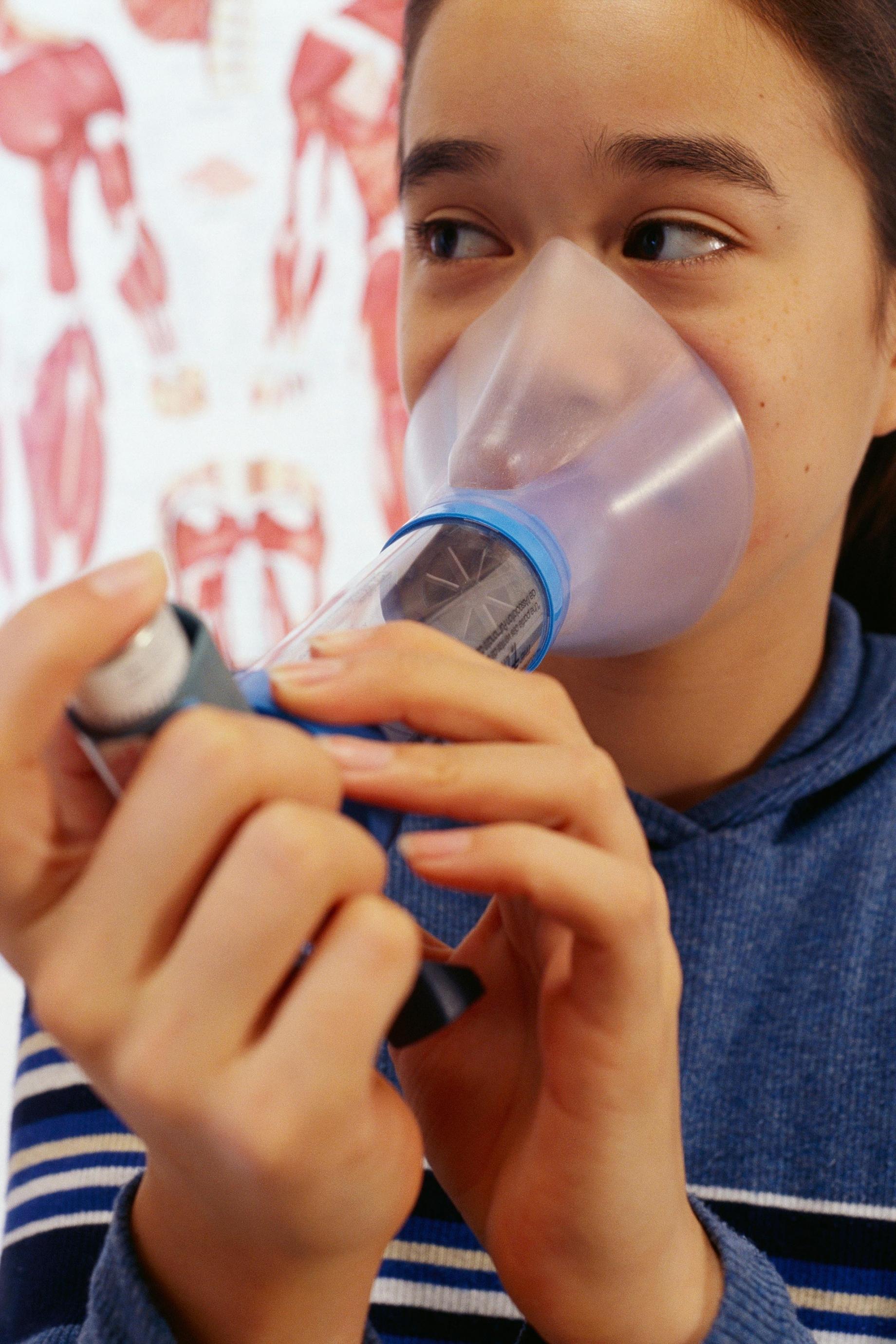 Girl su ering from asthma